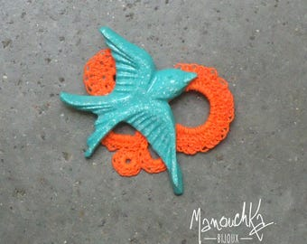 Brooch swallow resin and small round crochet book