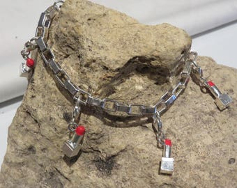 Silver bracelet adorned with 1 lipstick tube