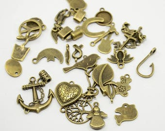 Mixed lot of 25 charms