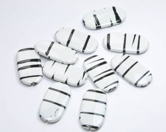 PE361 - Set of 10 black and white asymmetrical flat beads