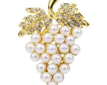 Broche grappe de raisin doré, strass blanc et perle nacré blanche.