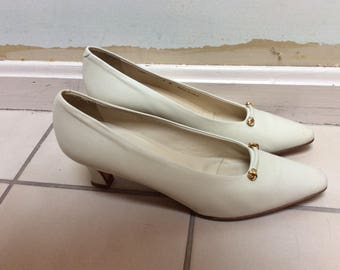 Vintage ivory leather sz 9N pumps, Bally beige leather low heel pump shoes, sz 9Narrow woman's cream leather pumps shoes, Made Italy Bally