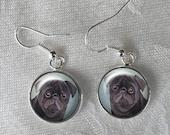 Schwarze Mops-Ohrringe ~ Februar Geburtstag ~ Mops Ohrringe ~ Geschenke für sie ~ Mops Schmuck ~ gemalt Mops ~ schwarz Mops-Ohrringe