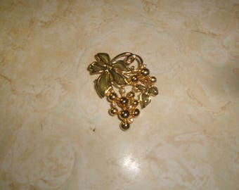 vintage pin brooch goldtone grapes green stained glass leaves