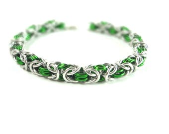 Chainmaille Byzantine Or Birdcage Bracelet In Green And Silver Anodized Aluminum