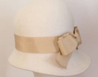 Off white Miss Fisher hat, winter white felt hat,  cloche hat Once Upon A Time, 20's hat, ivory felt hat made in Israel, Downton winter hat