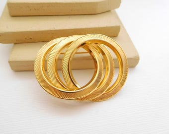 Vintage Mod Mixed Texture Gold Tone Intertwined Circle Brooch Pin JJ40
