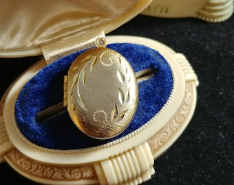 Sale Beautiful Gold and Silver Vintage Engraved Oval Locket
