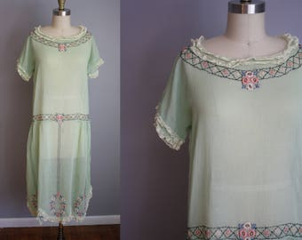 1920s Dress // Embroidered with Scallop Hem // Small
