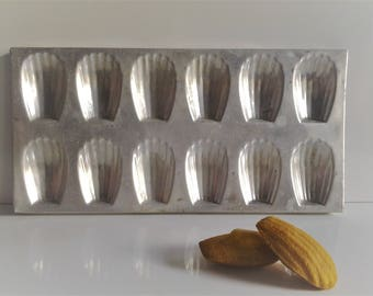 Vintage french  old  mold 12 magdalens in Aluminium // baking mold //kitchenware//cookware//country french