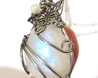 Collier Pendentif Pierre de Lune labradorite Reflet bleu avec papillon et fil wire wrapped de cuivre couleur argent art nouveau victorien