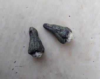 deux perles nature ,bourgeons en céramique raku