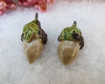 2 Perles Breloques.. gland des bois.. créateur artisan.. Céramique Moo.. noir beige et vert feuille.. unique et fait main..