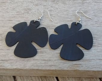 Stylized flower buckles in recycled inner tube - Dangling earrings - Vegan leather buckles - Recycled tire buckles