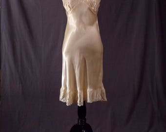 Vintage 1950s Dress Slip - Late 1940s/Early 1950s Peach Rayon Dress Slip with Ruffled Bottom. As Is.