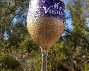 Minnesota Vikings Glitter wine glass, glitter wine glass, bling gifts,minnesota vikings gifts, vikings glitter wine glass, wine glasses