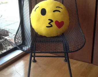 Emoji pillow-Blowing Kiss