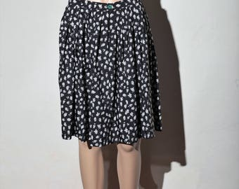 Lightweight black skirt, white flowers 70 s T