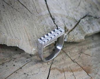 Silver, horseshoe shaped ring with horizontile top, EU size 17.75 - 18