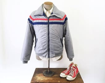 1970s-80s Vintage Men's WOOLRICH Ski Coat Light Gray Puffy Winter Jacket with Red & Blue detail and Quilted Lining by WOOLRICH - Size MEDIUM