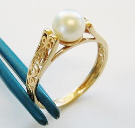 14K Solid Yellow Gold, Ladies Beautiful Pearl Dress Ring....Size 8.