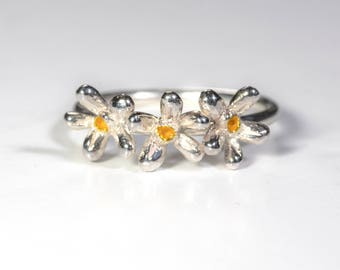 Daisy Daisy Ring. Sterling Silver with yellow centres