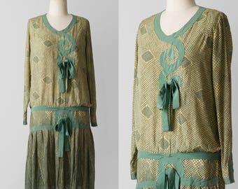 1920's Dropwaist Dress / 20's Silk Flapper Day Dress / 20s Casual Green Long Sleeved Short Dress / 1920s Pleated Bow Print Dress / Size XS