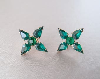 Starry Sparkle ... 1940s Emerald Green Earrings star snowflake faceted glass gold-tone screw back