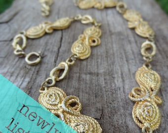 Gold tone necklace with rope style links