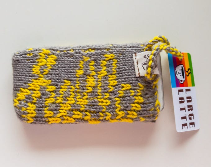 "iPhone SE sleeve ""Macintosh"" handknit in grey and yellow"