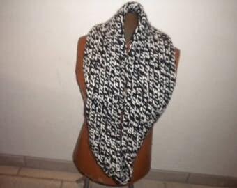 closed pass handmade scarf in white/black
