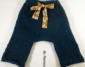 Pantalon sarouel bébé (3 mois) tricoté main dans un fil doux composé d'alpaga et de laine coloris bleu canard et son ruban liberty
