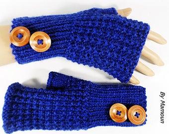 Mitaines femme tricotées main dans un fil doux composé de laine et d'alpaga coloris bleu roi et deux jolis boutons bois