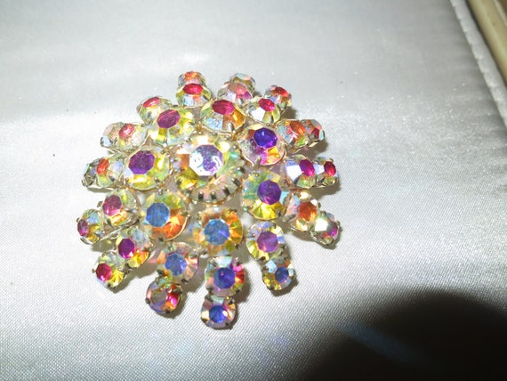 Lovely vintage silvertone aurora borealis glass brooch.