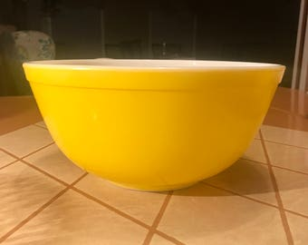 Pyrex Bright Yellow 403 Mixing Bowl - 2 1/2 Quart