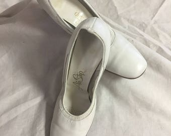 Air Step White Pumps 60's Madmen Style size 8 1/2  white shoes 1960
