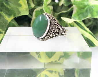 A Beautiful Vintage Sterling Silver & Green Agate  Ring - UK Size N