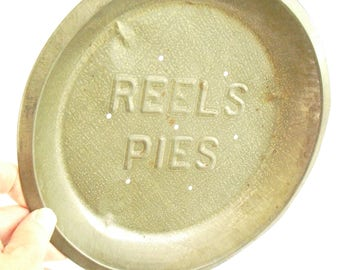 """Vintage Reels Round Pie Pan Plate, Metal Pie 9"""", Rustic Primitive Bakeware, 1960 Kitchen Wall Hanging, Shabby Wall Decor, Old Timey Cookware"""