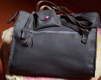 handbag in grey leather and lined with its worn wallet