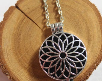 Diffusing Necklace for Essential Oils - Aromatherapy Jewellery - 10 diffusing pads - Flower Design - Silver