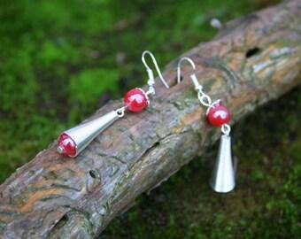 Boucles d'oreilles pendantes style ethnique - perle rouge et métal argenté