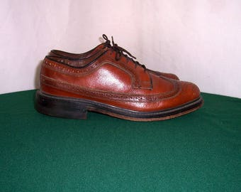 Sz 7D Men Vintage brown leather 1960s lace up wingtip shoes.