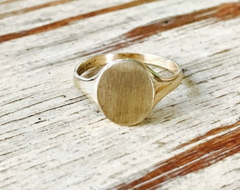 Small oval signet ring in yellow gold
