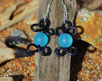 Earrings in aluminum and Pearl black and blue yarn