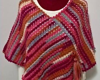 Poncho di lana , fatto a mano . fatto all'uncinetto , poncho colorato , modello esclusivo , pezzo unico ,poncho a righe , moda da donna