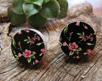 wood earrings 16mm in diameter, stainless steel studs, flowers on black background