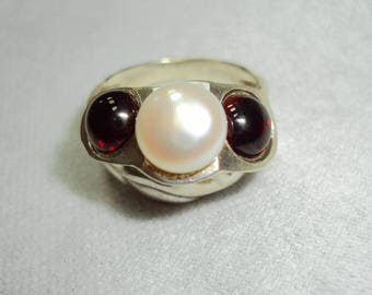 "The ring ""Trio"" with garnets and pearls"