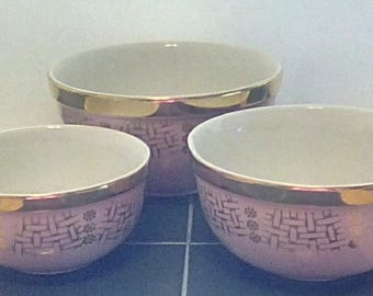 3 Piece Set of Hull's Superior Quality Kitchenware Mixing Bowls Pink with Gold Gilt Basket Weave Pattern