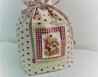 Noël,sac de noël,pochon de noël ,cadeau de noël,cadeau pour Elle,tissu coeurs rouges sur fond ivoire ,image de noël ,fait main .