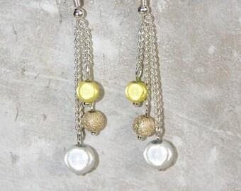 Earrings dangling asymmetric chains